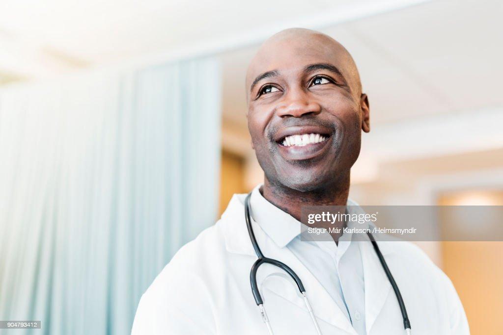Close-up van gelukkig vertrouwen arts op zoek weg : Stockfoto
