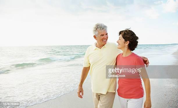Nahaufnahme von glücklicher Alter Mann und Frau auf einem Strand