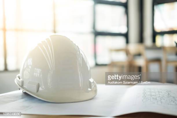 close-up of hardhat on blueprint at table - capacete de obra - fotografias e filmes do acervo
