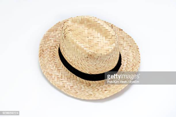 close-up of hat against white background - strohoed stockfoto's en -beelden