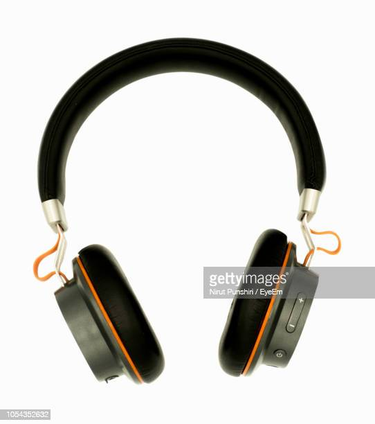 close-up of headphones against white background - accesorio personal fotografías e imágenes de stock