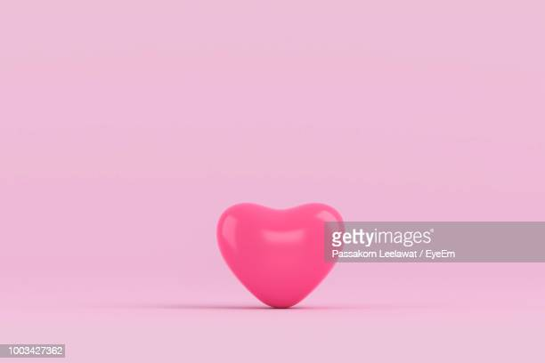close-up of heart shape balloon over pink background - coeur photos et images de collection