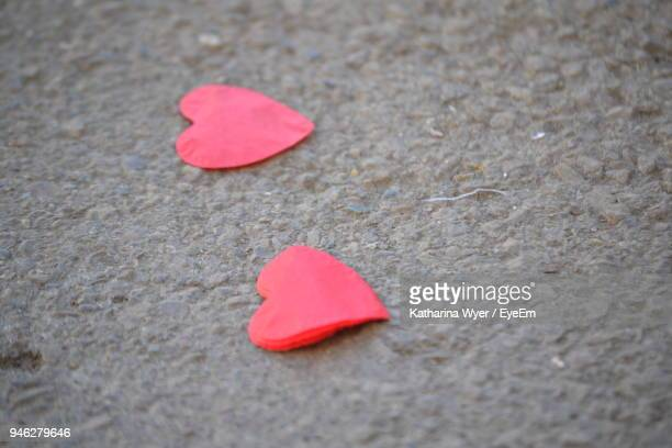 close-up of heart shape papers on ground - katharina herz stock-fotos und bilder