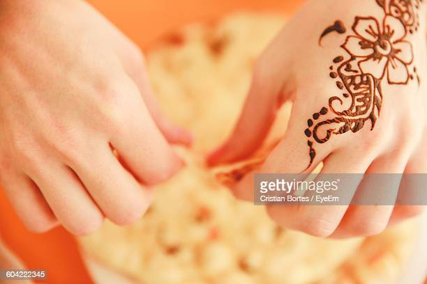 close-up of henna drawn on hand with food - bortes stockfoto's en -beelden