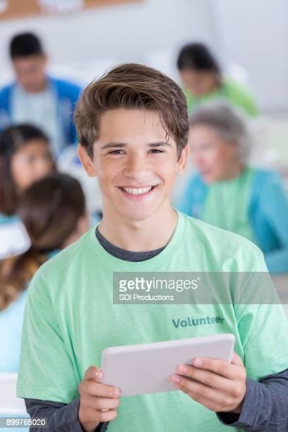 muchacho adolescente closeup de hispanos voluntarios sonriendo para la cámara - imagenes gratis fotografías e imágenes de stock