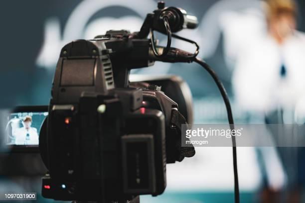 close-up of home video camera in studio - entrevista acontecimiento fotografías e imágenes de stock