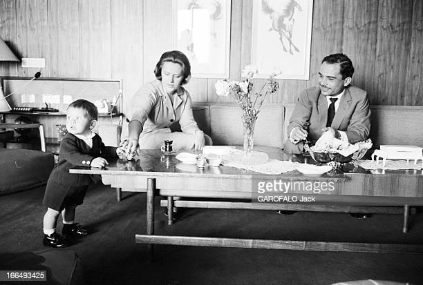 CloseUp Of Hussein Of Jordan Jordanie 21 mars 1963 le Roi HUSSEIN DE JORDANIE en famille Dans le salon de sa villa il boit un café avec son épouse...