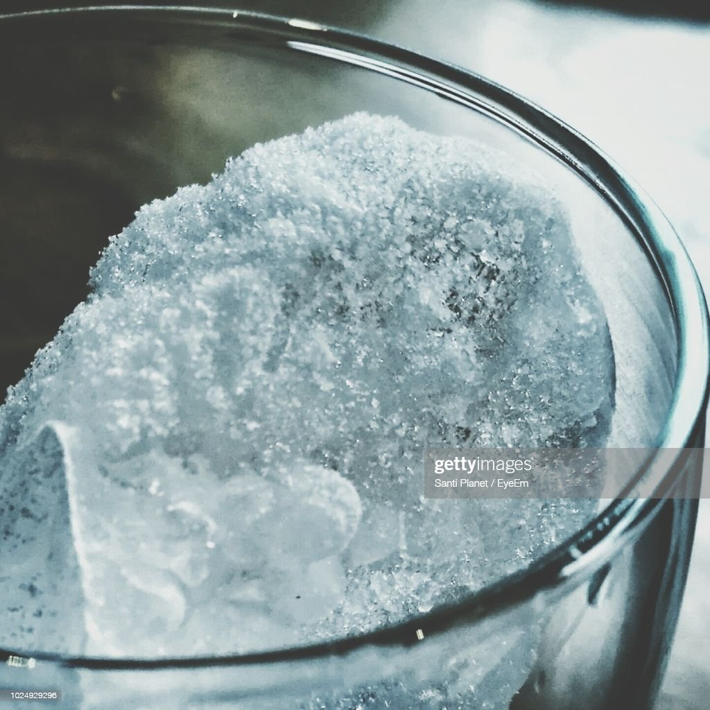 Close-Up Of Ice In Drinking Glass On Table : Foto de stock