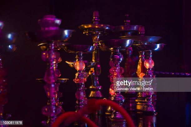 close-up of illuminated hookahs on table at nightclub - chicha photos et images de collection
