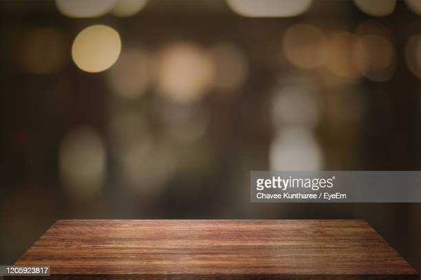 close-up of illuminated lights on table - onscherpe achtergrond stockfoto's en -beelden
