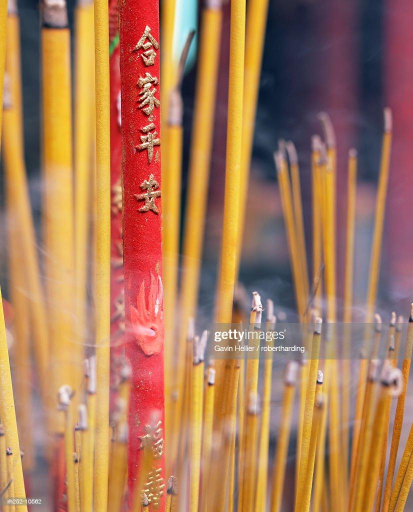Close-up of incense sticks burning, Thien Hau pagoda, Chinese Buddhist temple, Ho Chi Minh City (Saigon), Vietnam, Indochina, Southeast Asia, Asia : Foto de stock
