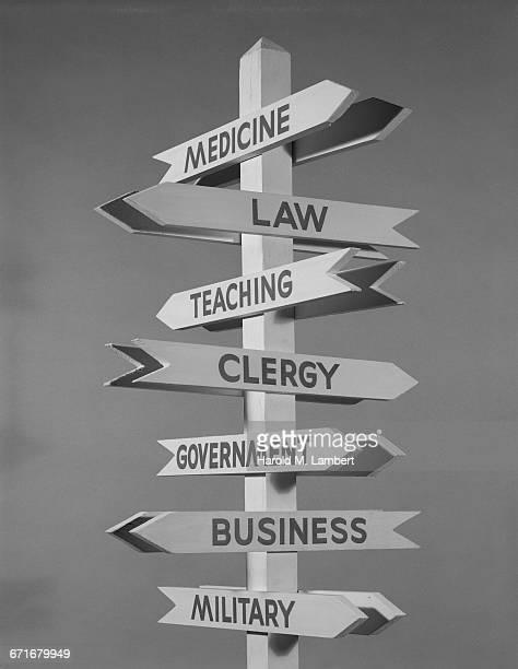 close-up of information sign - escrita ocidental - fotografias e filmes do acervo