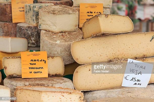 closeup of italian cheese with relative price tags at the moncalvo truffle fair. - piemonte - fotografias e filmes do acervo