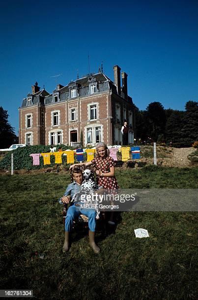 CloseUp Of Jacques Anquetil En France en 1969 en extérieur dans sa propriété de NeuvilleChantd'Oisel Jacques ANQUETIL en jean et bottes assis dans un...