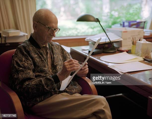 CloseUp Of James Michener American Novelist Aux EtatsUnis le 25 mai 1994 portrait de l'écrivain James MICHENER chez lui écrivant assis à son bureau...