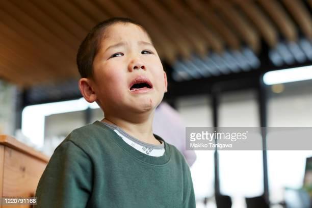 closeup of japanese boy crying - 泣く ストックフォトと画像