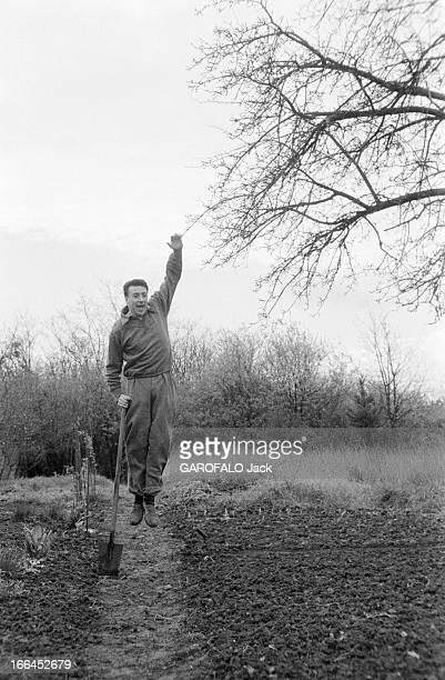 CloseUp Of JeanMarc Tennberg France Montlhéry 25 mars 1957 l'acteur et poète français JeanMarc TENNBERG s'épanouit sur la scène du Théâtre Marigny en...