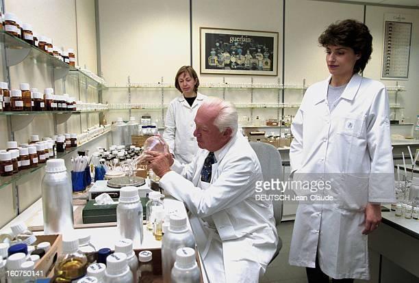 Close-up Of Jean-paul Guerlain. 24 janvier 2002, le parfumeur Jean-Paul GUERLAIN dans son laboratoire de l'usine d'Orphin près de Rambouillet, en...
