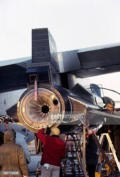 CloseUp Of Joe Walker X15 Pilot Aux EtatsUnis en 1963 sur la base d'Edwards en Californie un technicien de dos opérant sur un cylindre à l'arrière de...