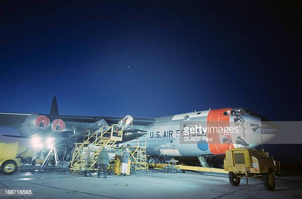 CloseUp Of Joe Walker X15 Pilot Aux EtatsUnis en 1963 sur la base d'Edwards en Californie l'avion fusée X15 entouré d'échafaudages sous l'aile d'un...