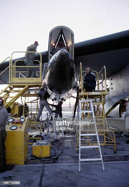 CloseUp Of Joe Walker X15 Pilot Aux EtatsUnis en 1963 sur la base d'Edwards en Californie des techniciens sur des échafaudages autour de l'avion...