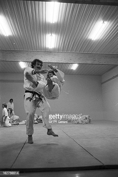 CloseUp Of Judoka JeanLuc Rouge GifsurYvette 28 octobre 1975 Le judoka JeanLuc ROUGE médaille d'or aux championnats du monde à Vienne avec son épouse...