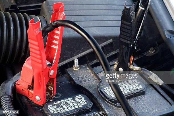 Nahaufnahme von die Starthilfekabel an der Batterie des Automobils