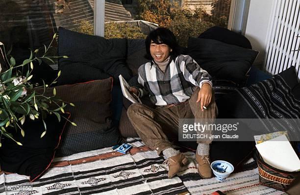 Closeup Of Kenzo Takada En novembre 1975 dans une pièce devant une baie vitrée assis sur des coussins à côté d'une plante le styliste KENZO Takada...