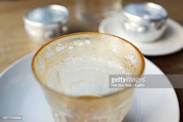 close-up of leftovers in coffee cup - glas serviesgoed stockfoto's en -beelden