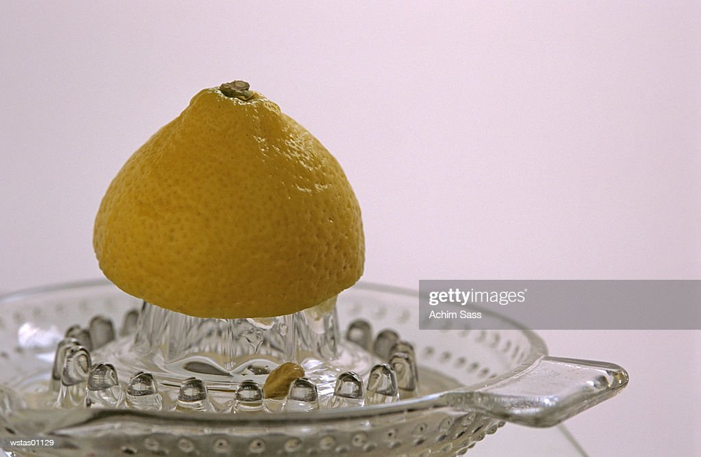 Close-up of lemon half on juicer : ストックフォト