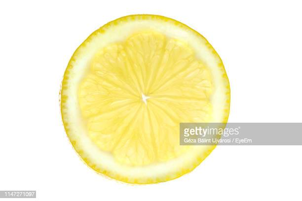 close-up of lemon slice against white background - aliment en portion photos et images de collection