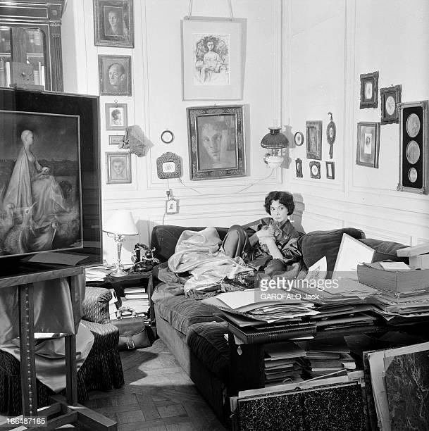 CloseUp Of Leonor Fini Painter And Theater Decorator Paris décembre 1953 Léonor FINI chez elle La peintre pose allongée sur un sofa dans son salon...