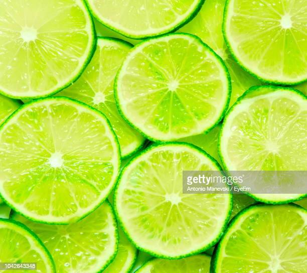 close-up of lime slices - zitrusfrucht stock-fotos und bilder