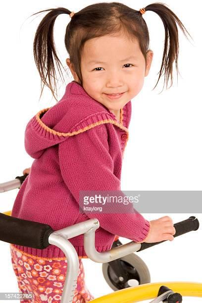 Gros plan de la petite fille à l'aide de walker
