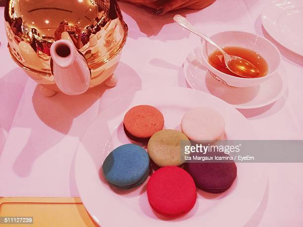 close-up of macaroons on table - margaux stockfoto's en -beelden