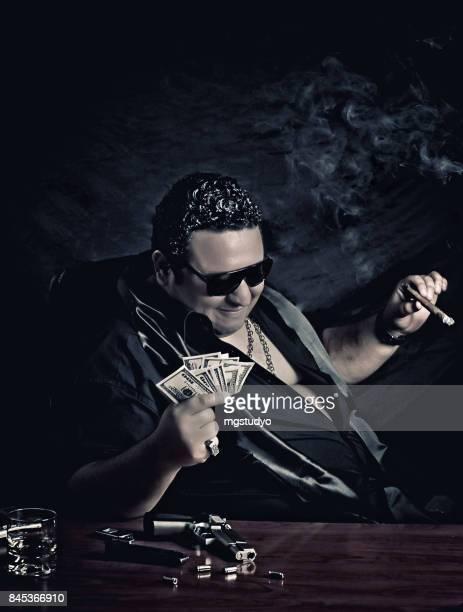 Nahaufnahme der Mafia Mann sitzen auf dem Stuhl, Geld zählen
