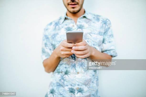 close-up of man holding cell phone - mensajería instantánea fotografías e imágenes de stock