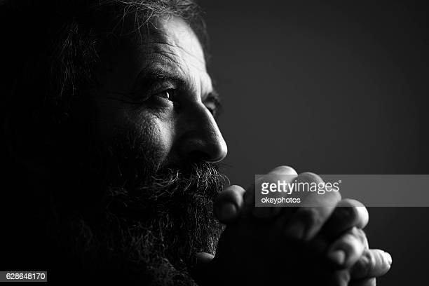 close-up of man praying - zwart wit stockfoto's en -beelden