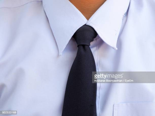 close-up of man wearing shirt and tie - cuello parte de la vestimenta fotografías e imágenes de stock