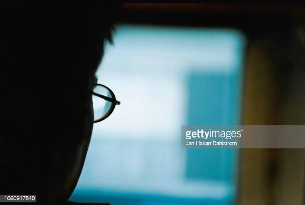 close-up of man working in front of computer screen - nicht erkennbare person stock-fotos und bilder