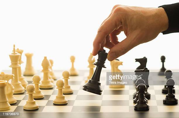 close-up of man's hand playing chess - tabuleiro de xadrez imagens e fotografias de stock