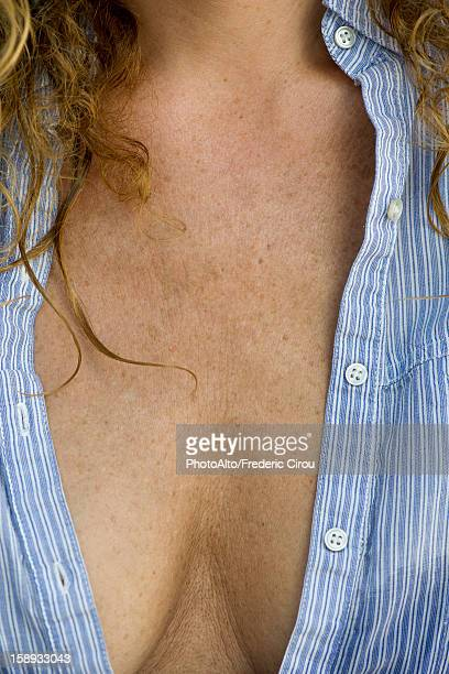 close-up of mature woman's chest and cleavage - escote fotografías e imágenes de stock