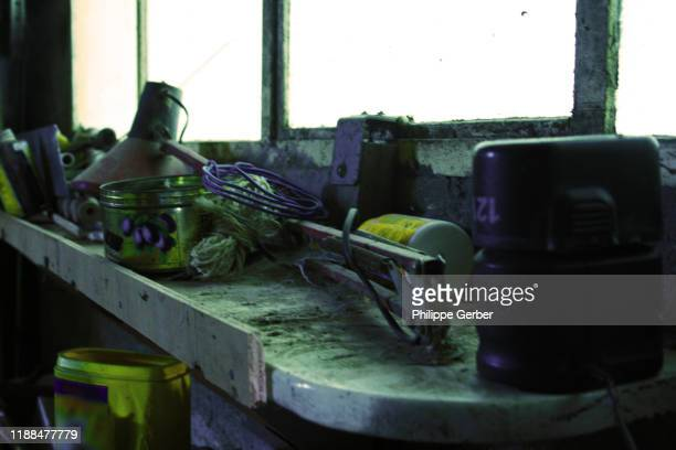 close-up of messy shelf in workshop - sarthe stock pictures, royalty-free photos & images