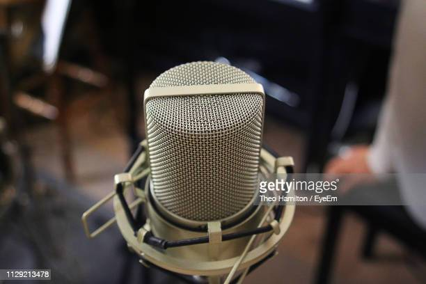 close-up of microphone at recording studio - hamiltonmusical stockfoto's en -beelden