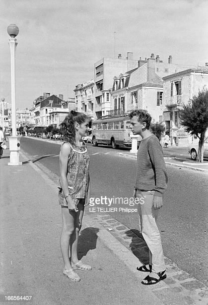 CloseUp Of Minou Drouet Aux Sables d'Olonne dans la rue l'enfant prodige Minou DROUET aujourd'hui âgée de quinze ans avec un ensemble short et...