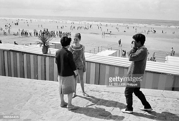 CloseUp Of Minou Drouet Aux Sables d'Olonne sur la plage un adolescent en pull et pantalon photographiant l'enfant prodige Minou DROUET aujourd'hui...