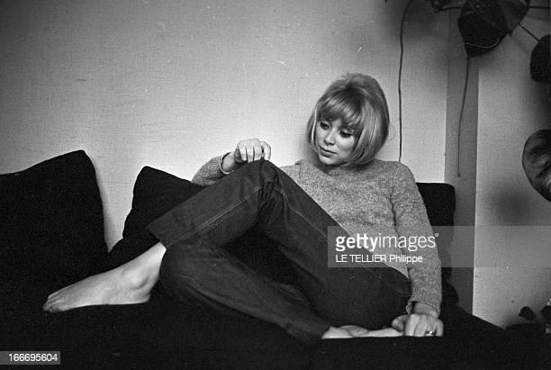 CloseUp Of Mireille Darc France Boulogne 21 février 1966 l'actrice Mireille DARC après 10 ans de carrière accède enfin au rang de star du grand écran...