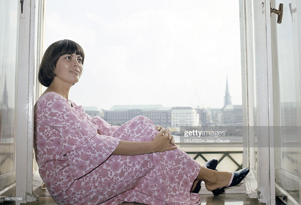 Close-up Of Mireille Mathieu In Hambourg, Allemand. 1972 - Portrait De  Mireille