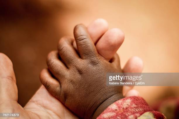 close-up of mother and sons hands - áfrica del este fotografías e imágenes de stock
