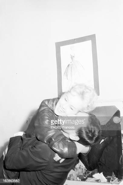 Close-Up Of Mylene Demongeot. Avril 1958. L'actrice Mylène DEMONGEOT dans les bras de son mari Henri COSTE qui l'embrasse tendrement.